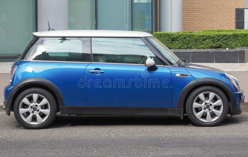 голубой мини автомобиль в Белфасте стоковые фотографии rf