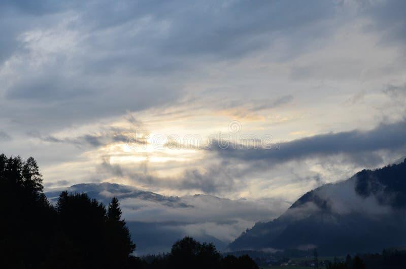 голубой мистический заход солнца в горах стоковые фотографии rf