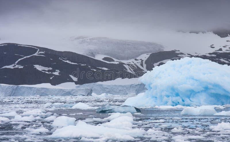Голубой плавя айсберг стоковое изображение rf