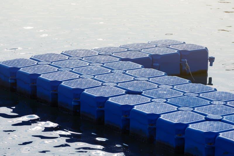 Голубой пластиковый понтон, пластиковое зачаливание в море, конец-вверх стрельбы стоковое фото rf