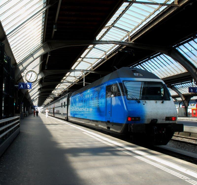 голубой поезд стоковое изображение rf