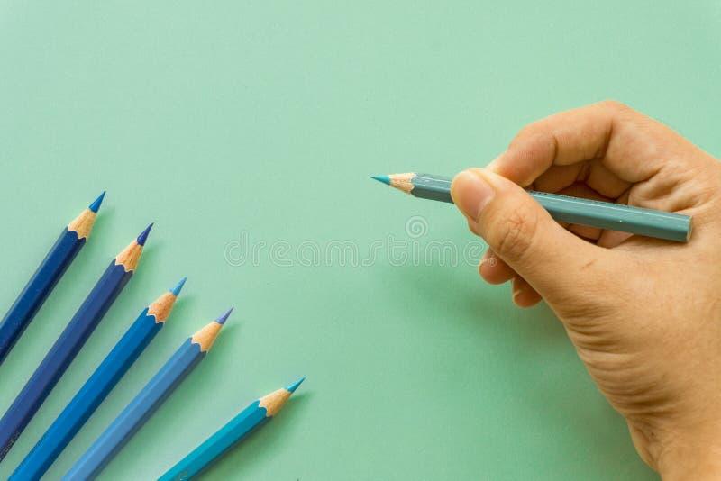 Голубой покрашенный объект карандаша одного одиночный, взгляд сверху, яркая подкраска Деревянный шестиугольный бочонок, без ласти стоковая фотография rf