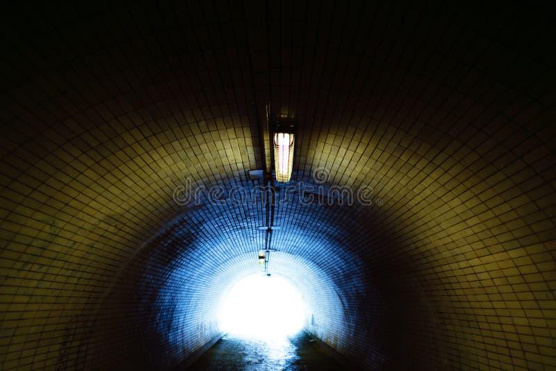 Голубой свет в конце тоннеля стоковые изображения
