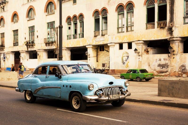 Голубой, старый и классический автомобиль в дороге старой Гаваны Кубы и внутри стоковое изображение rf
