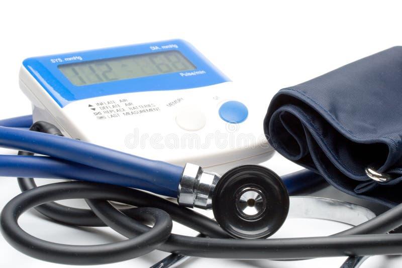 голубой стетоскоп давления монитора стоковые изображения