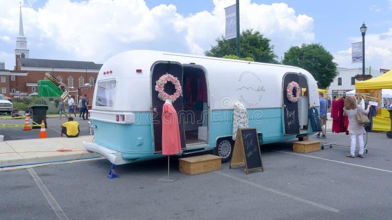 Голубой фестиваль сливы - передвижной магазин одежды стоковые изображения rf