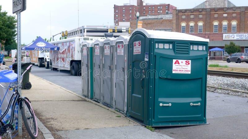 Голубой фестиваль сливы - портативные туалеты стоковое фото