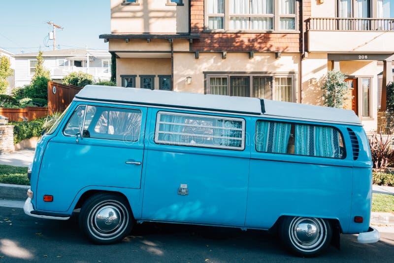Голубой фургон в пляж Corona del Mar, Ньюпорте, Калифорния стоковая фотография