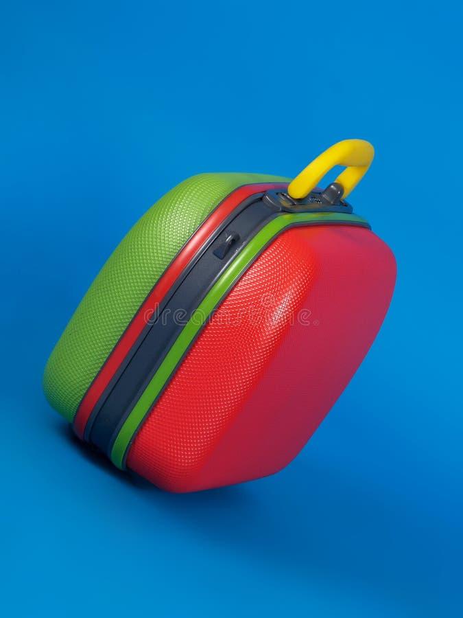 голубой цветастый чемодан стоковые фотографии rf