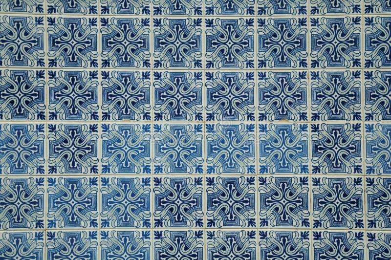 Голубой цветочный узор на керамических плитках в старом фасаде дома стоковые фото