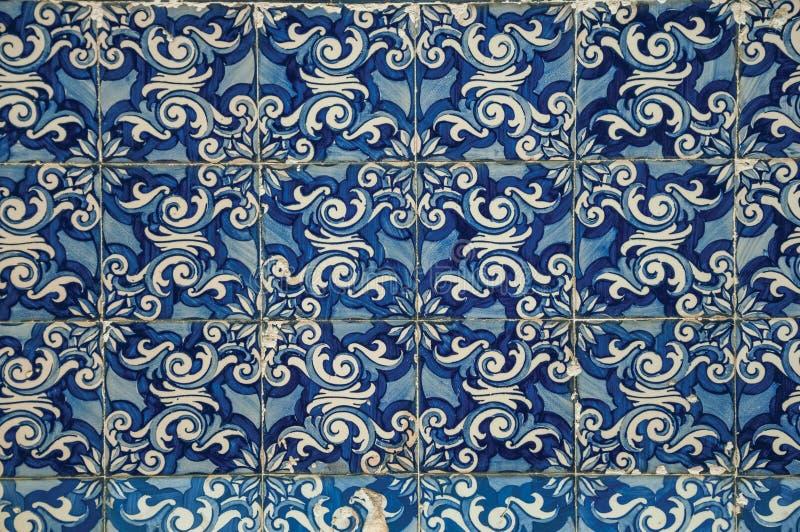 Голубой цветочный узор покрашенный вручную в стиле барокко на керамических плитках стоковое фото rf