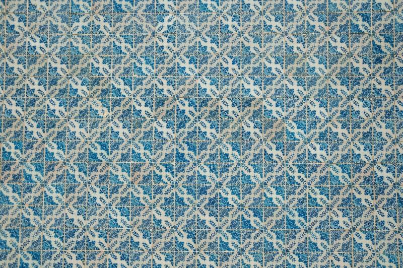 Голубой цветочный узор покрашенный вручную в стиле барокко на керамических плитках стоковые фотографии rf