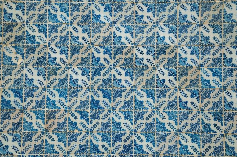 Голубой цветочный узор покрашенный вручную в стиле барокко на керамических плитках стоковая фотография