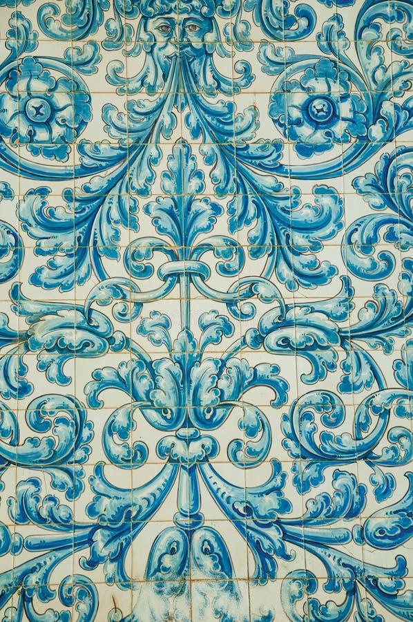 Голубой цветочный узор покрашенный вручную на керамических плитках на Caceres стоковые фотографии rf
