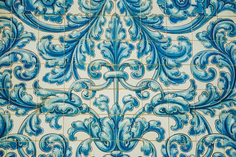 Голубой цветочный узор покрашенный вручную на керамических плитках на Caceres стоковая фотография rf