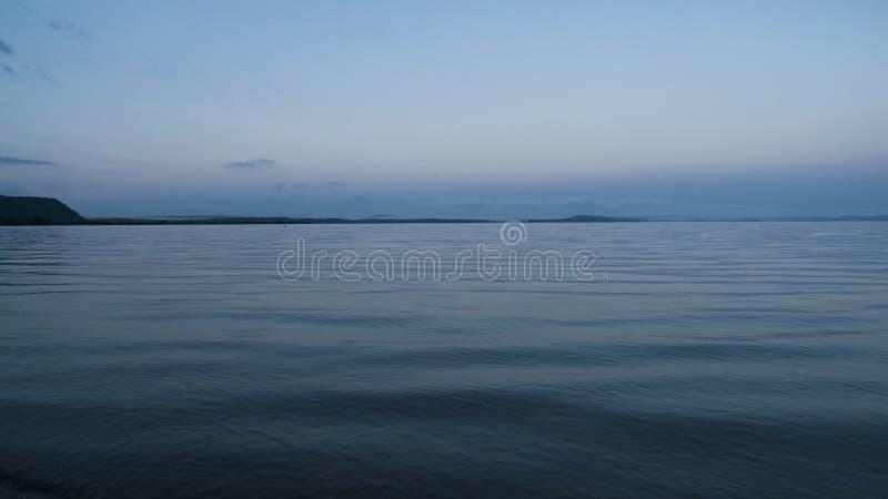 Голубой час на озере, предыдущей рыбной ловле или гребле стоковое изображение