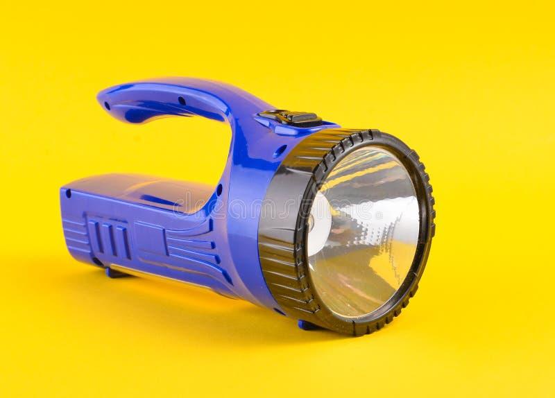 Голубой электрофонарь изолированный на желтой предпосылке стоковая фотография