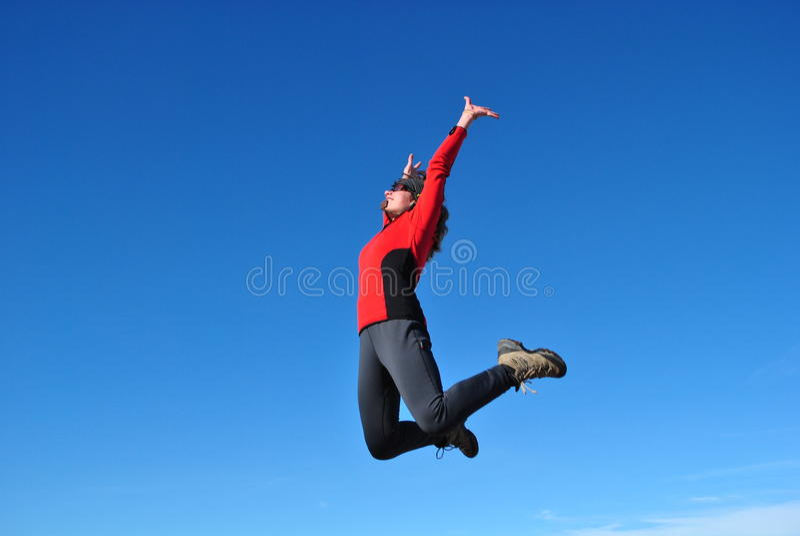 голубой hiker скача над небом стоковая фотография