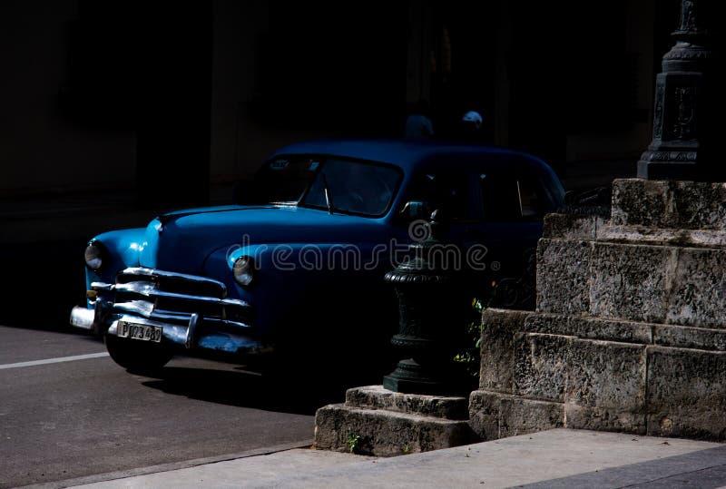 Голубой oldtimer ломая из темноты стоковое фото