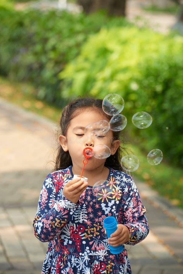 голубой tonality структуры мыла пузырей стоковые фотографии rf