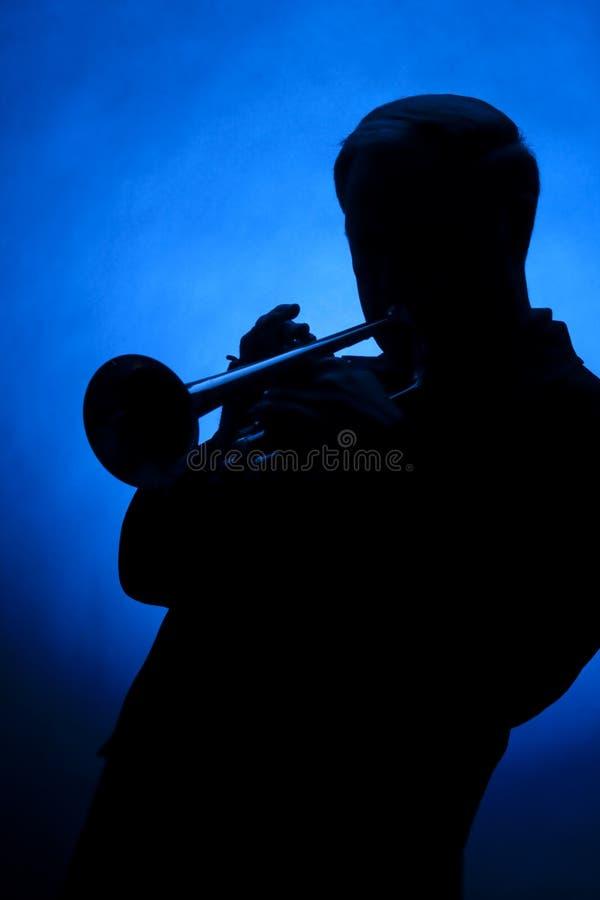 голубой trumpet силуэта игрока стоковое фото rf