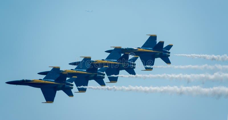 Голубые ангелы летают в плотное образование во время воздуха s Bethpage стоковое изображение
