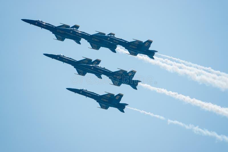 Голубые ангелы летают в плотное образование во время воздуха s Bethpage стоковые изображения