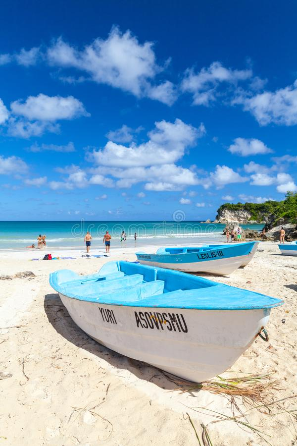 Голубые белые прогулочные катера, пляж Макао стоковые фото