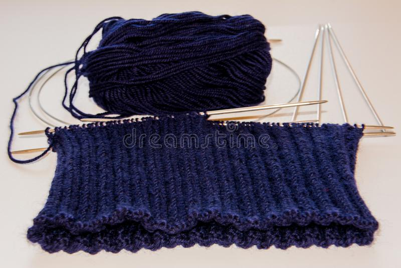 Голубые вязать шерсти и вязать иглы стоковая фотография rf