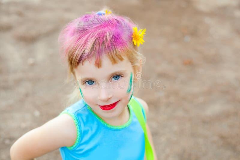 голубые глаза детей смотрят на pinted состав девушки стоковая фотография