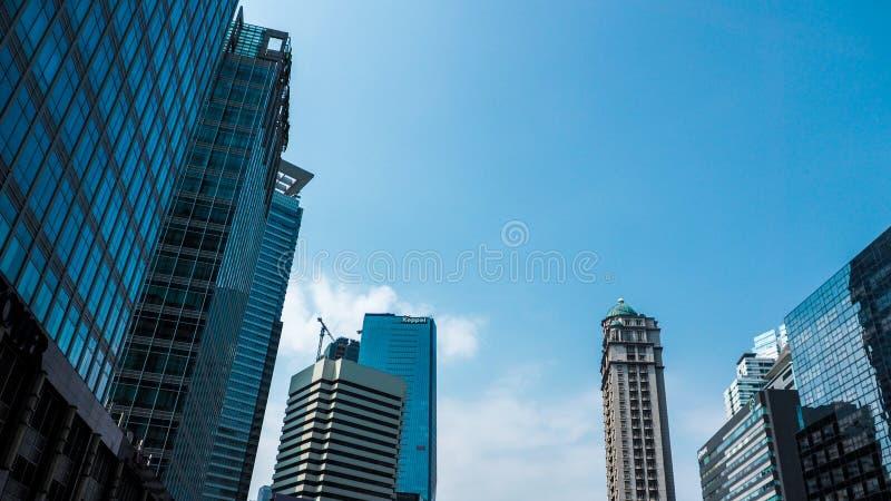 Голубые городской пейзаж и небоскреб в свете дня стоковые фотографии rf