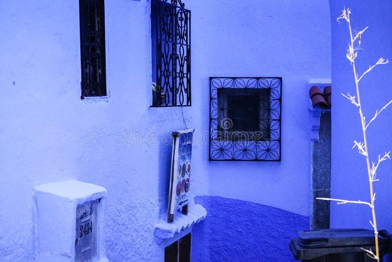 Голубые город, окна и стены стоковое фото