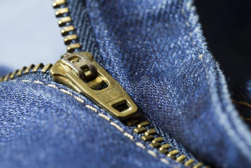 Голубые джинсы конца-вверх застегивают на молнию стоковые фото