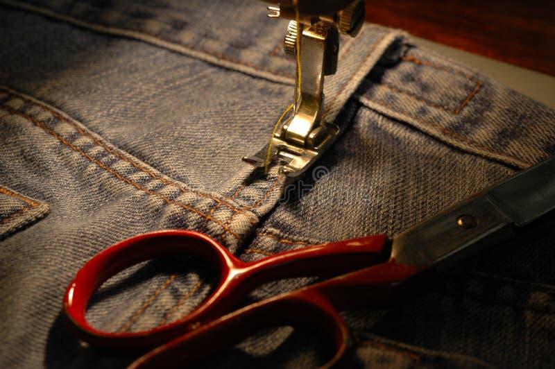 голубые джинсы подвергают шить механической обработке стоковая фотография rf