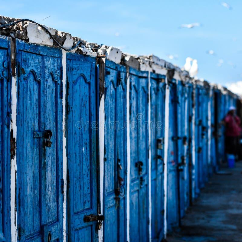 Голубые запертые деревянные двери, Марокко стоковое изображение rf