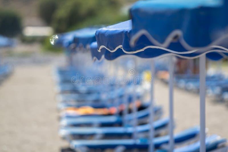 Голубые зонтики на пляже стоковое изображение rf