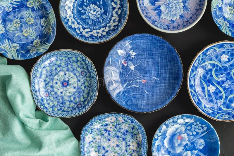 Голубые и белые декоративные японские плиты на черной предпосылке - стоковая фотография rf