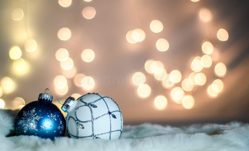 Голубые и белые шарики рождественской елки на мехе стоковые фото