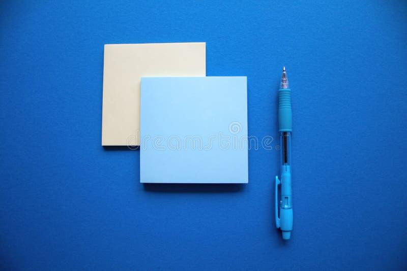Голубые и желтые блоки stiker с голубой ручкой стоковые изображения rf