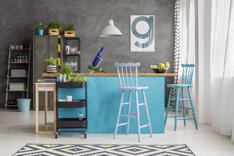 Голубые и фиолетовые barstools стоковые изображения