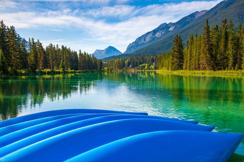 Голубые каное на береге реки смычка в национальном парке Banff стоковое изображение rf