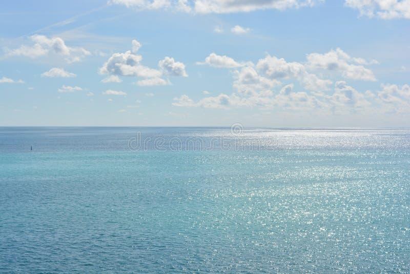 Голубые небеса, белые облака и открытые моря стоковая фотография rf