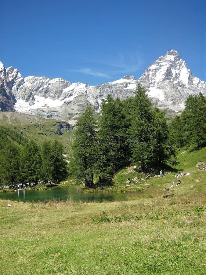 Голубые озеро и monte Cervino стоковое изображение