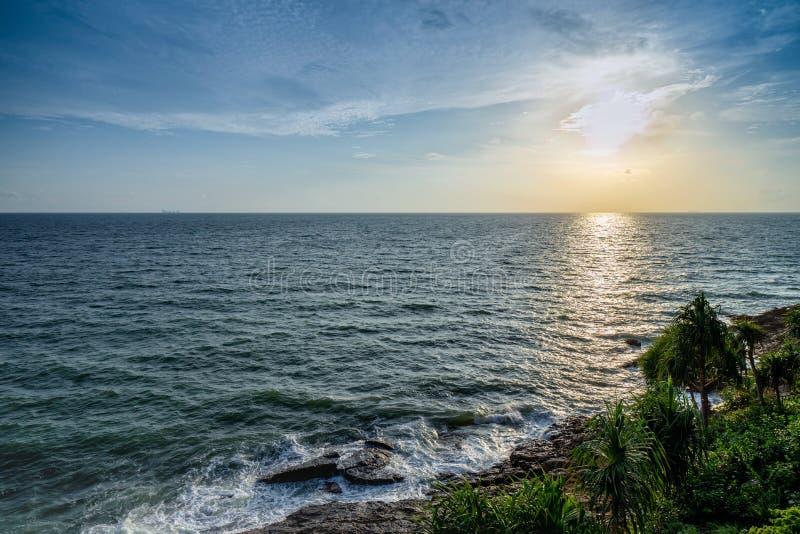 Голубые океанские волны к пляжу на острове на солнечный день, взгляд сверху стоковые изображения rf