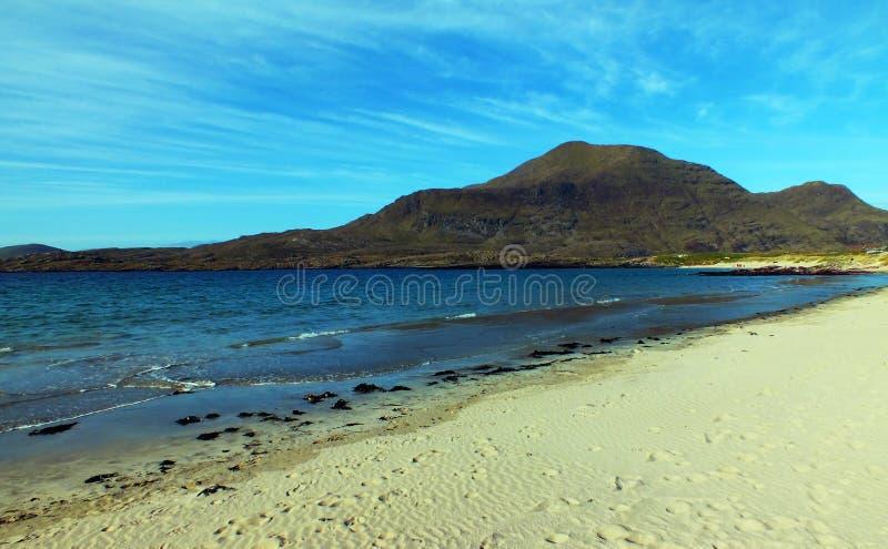Голубые песок и горы стоковые изображения