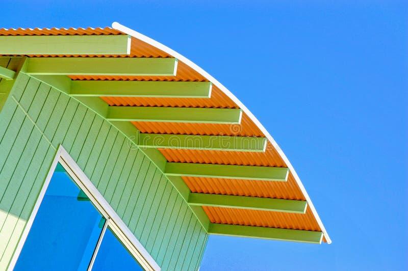 голубые померанцовые небеса крыши стоковое фото