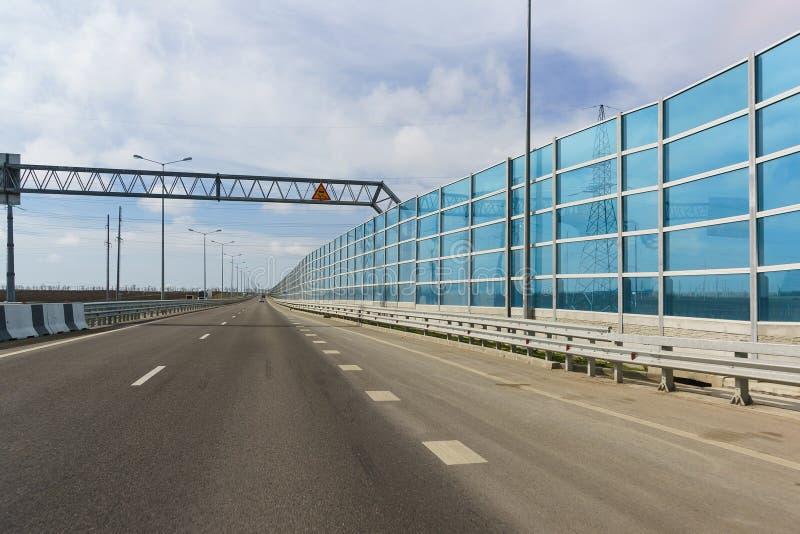 Голубые свет-передавая шум-поглощая экраны на новой дороге A290 в прошло стоковые изображения rf