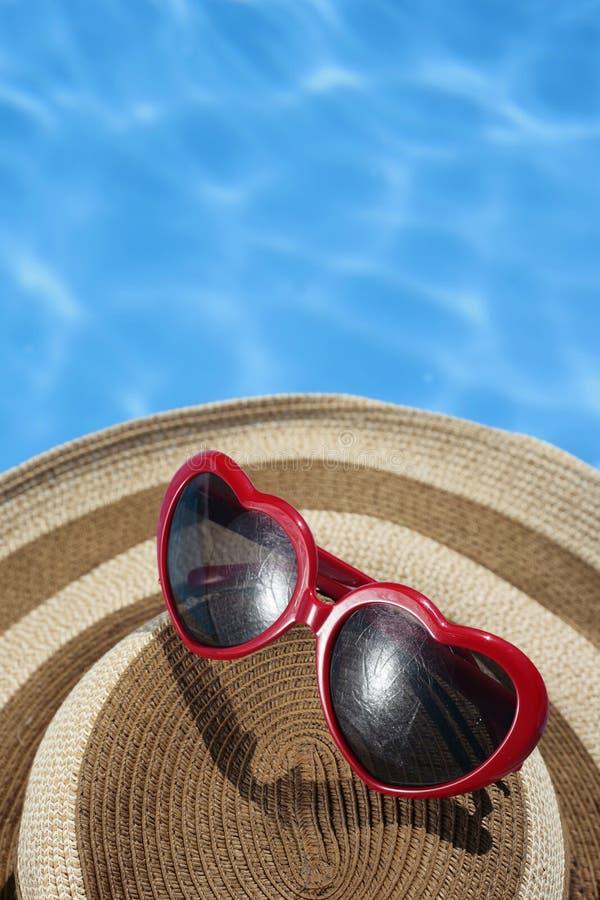 голубые солнечные очки красного цвета бассеина шлема стоковая фотография rf