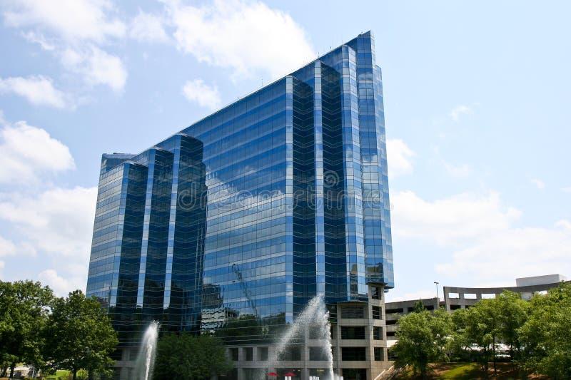 голубые фонтаны здания стеклянные стоковые фото