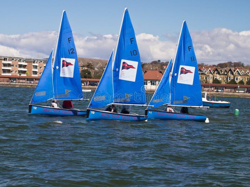 голубые шлюпки Англия участвуя в гонке команда 3 sailing стоковое изображение rf